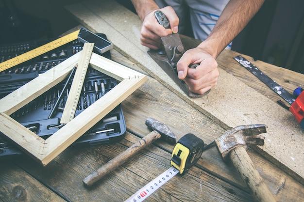 Homem trabalhando madeira