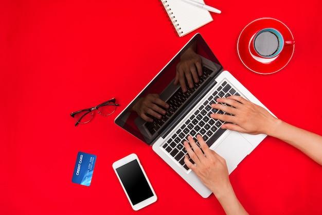Homem trabalhando na mesa e comprando produtos online, conceito de compras online