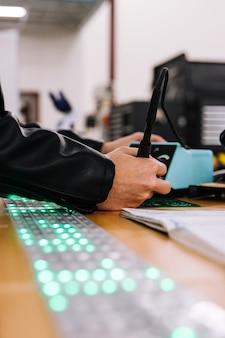Homem trabalhando na placa de circuito com ferro de solda