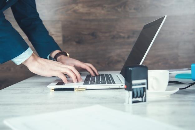 Homem trabalhando no computador no fundo escuro