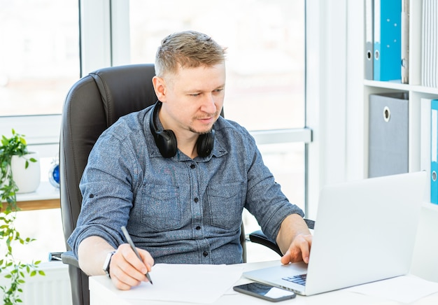 Homem trabalhando no escritório