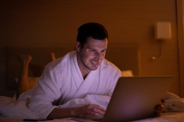 Homem trabalhando no laptop à noite.