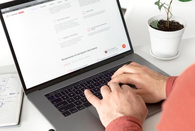 Homem trabalhando no laptop no escritório em casa. conceito de escritório em casa