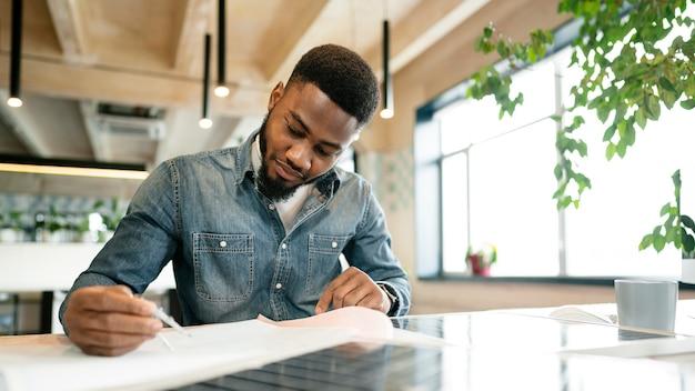 Homem trabalhando no projeto na mesa