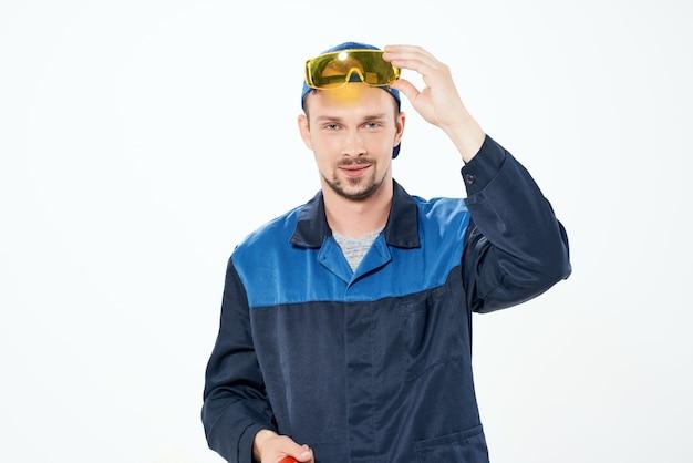 Homem trabalhando no serviço de pintura de reparos domésticos de uniforme