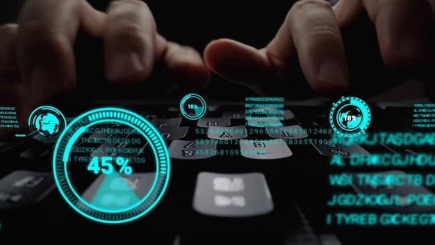 Homem trabalhando no teclado do laptop com o holograma gráfico da interface do usuário