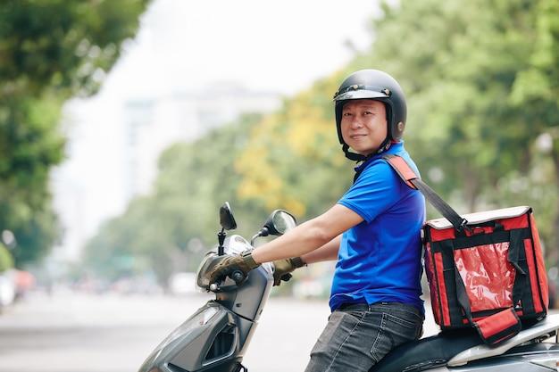 Homem trabalhando para serviço de entrega
