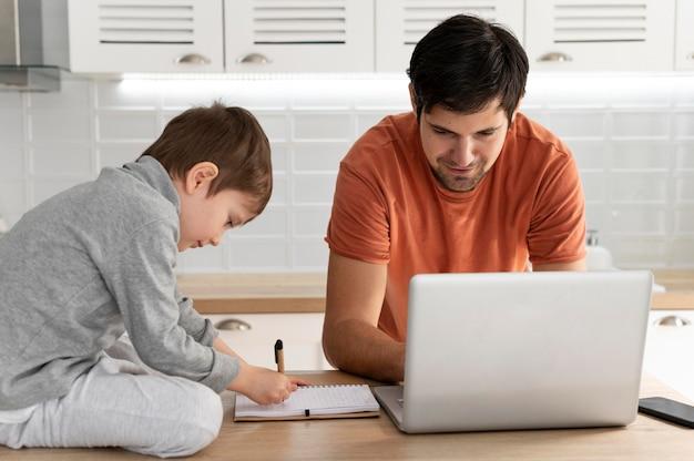 Homem trabalhando remotamente com criança