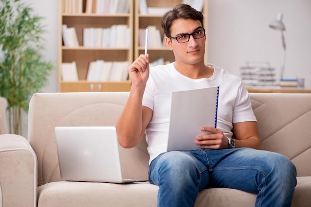 Homem, trabalhando, sentando, em, sofá sofá