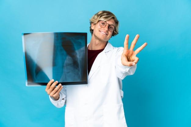 Homem traumatologista profissional feliz e contando três com os dedos