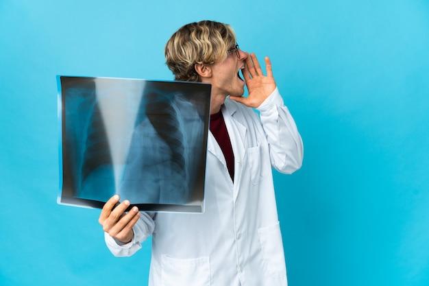 Homem traumatologista profissional gritando com a boca bem aberta para o lado