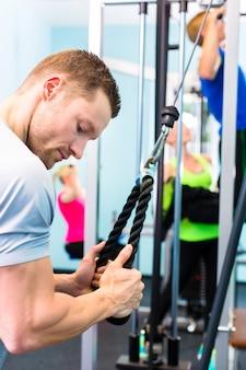 Homem, treinamento, em, ginásio, com, condicão física, máquina
