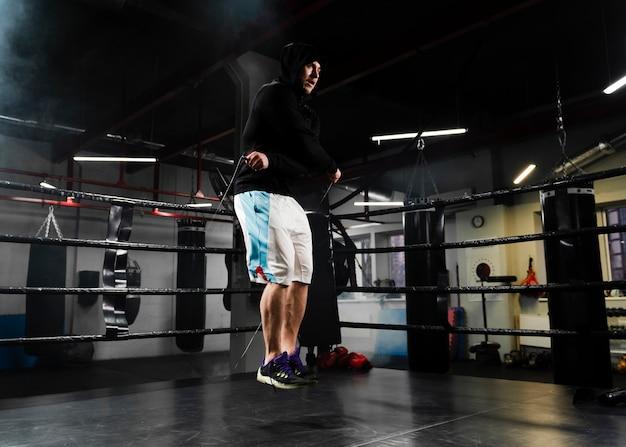 Homem treinando com uma corda de pular