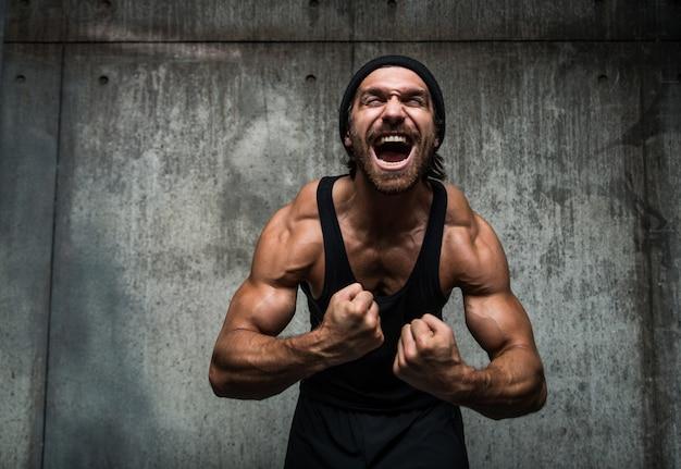 Homem treinando em uma academia