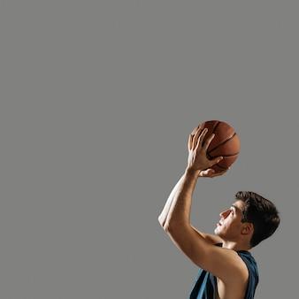 Homem treinando para jogo de basquete com espaço de cópia