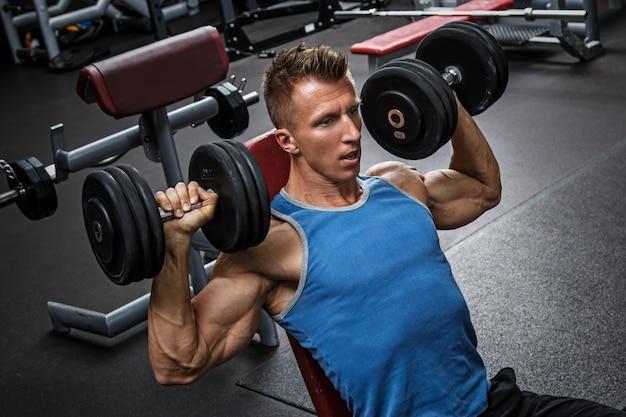 Homem treinando seus ombros