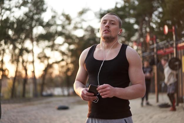 Homem treino ao ar livre na natureza
