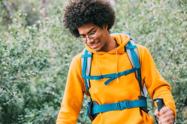 Homem, trekking, em, montanhas