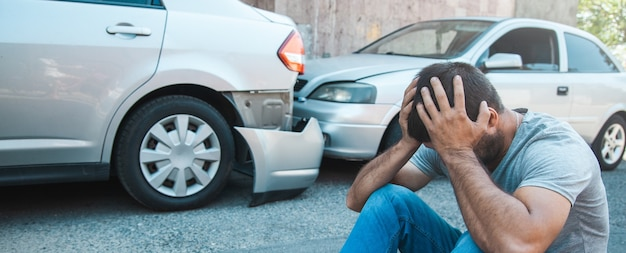 Homem triste com acidente de carro na rua