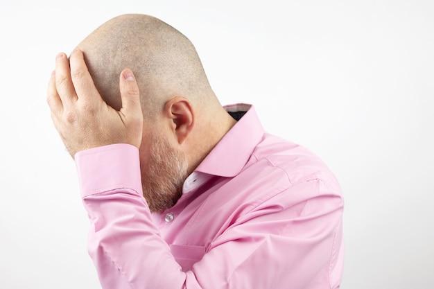 Homem triste com as mãos fechadas, rosto isolado