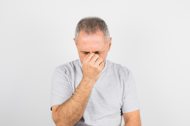 Homem triste envelhecido em t-shirt