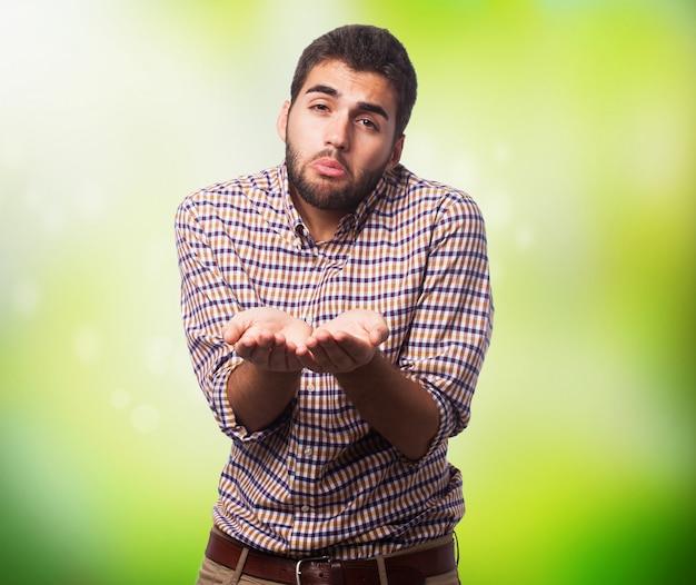 Homem triste implorando com as mãos estendidas