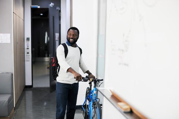 Homem trouxe sua bicicleta ao escritório