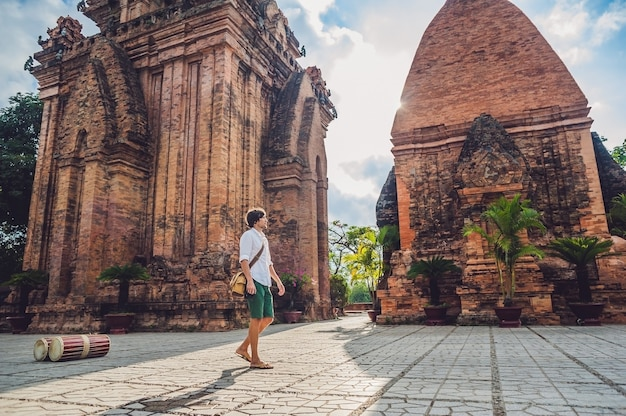 Homem, turista no vietnã, po nagar cham tovers