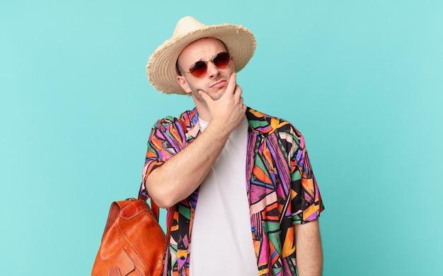 Homem turista pensando, se sentindo duvidoso e confuso, com diferentes opções, imaginando qual decisão tomar