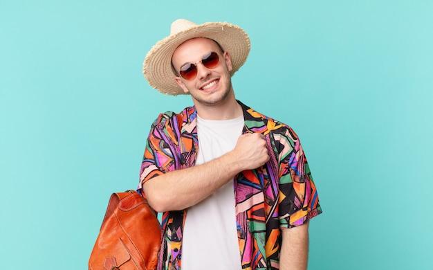 Homem turista sentindo-se feliz, positivo e bem-sucedido, motivado para enfrentar um desafio ou comemorar bons resultados