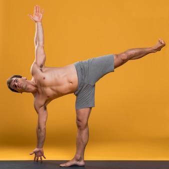 Homem, uma perna, ioga posa