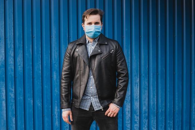 Homem usa máscara protetora contra doenças infecciosas e gripe. conceito de cuidados de saúde. quarentena de coronavírus.