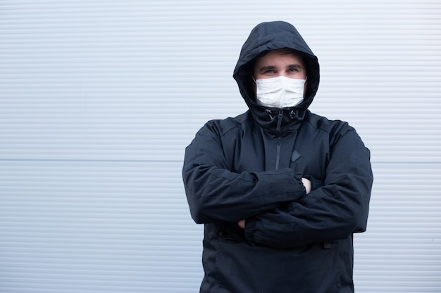Homem usa máscara protetora contra doenças infecciosas e gripe. conceito de cuidados de saúde. quarentena do coronavírus.
