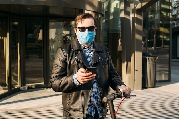 Homem usa máscara protetora contra doenças infecciosas e gripe na rua na cidade. conceito de cuidados de saúde. quarentena do coronavírus.