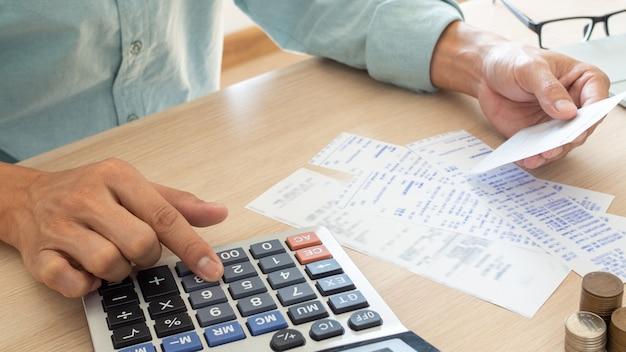 Homem usando a calculadora em sua mesa