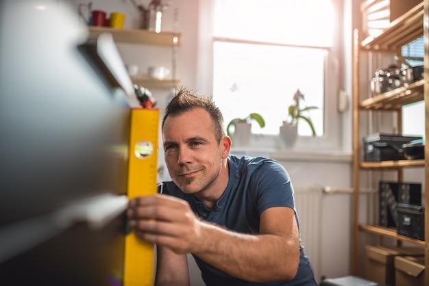 Homem usando a ferramenta de nivelamento