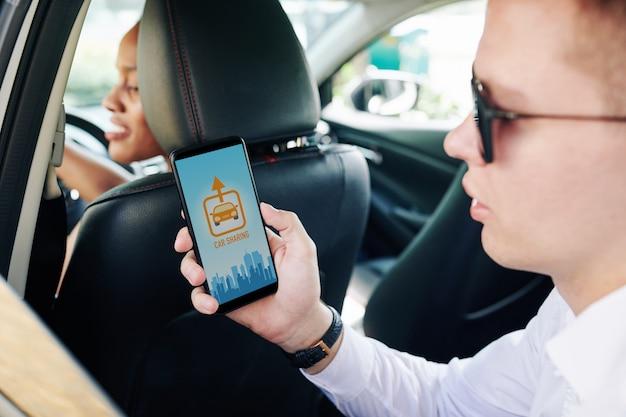 Homem usando aplicativo de compartilhamento de carro