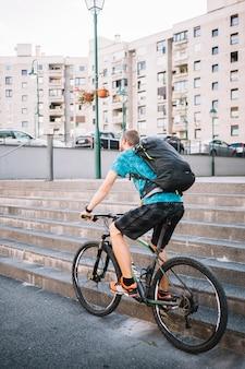 Homem, usando, bicicleta