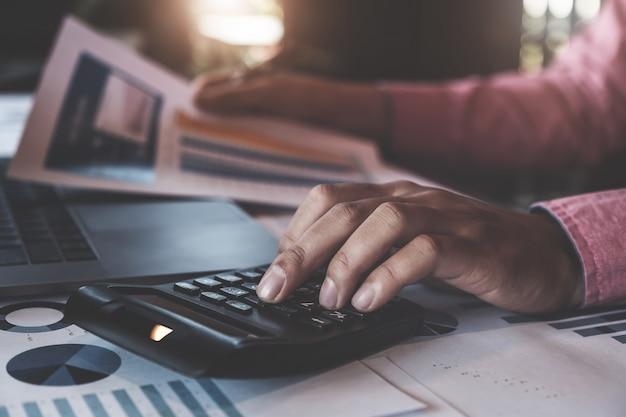 Homem usando calculadora