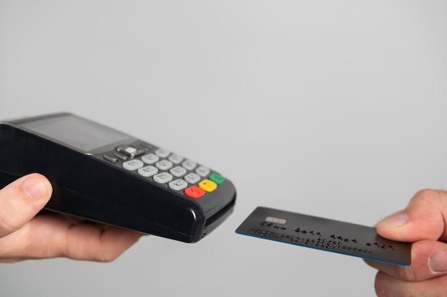 Homem usando cartão de crédito para pagar um produto