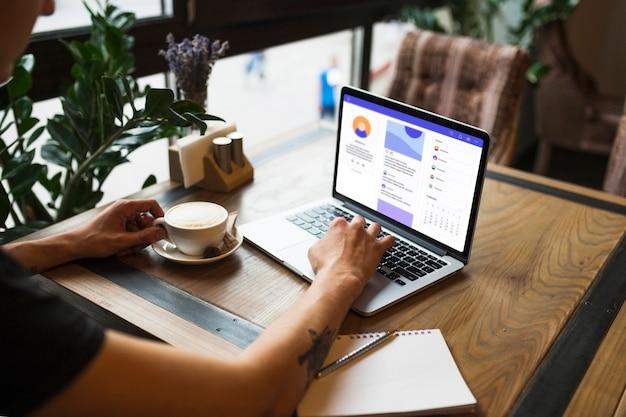 Homem, usando computador portátil, em, café