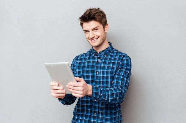 Homem usando computador tablet para trabalho isolado