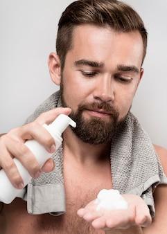 Homem usando creme de barbear