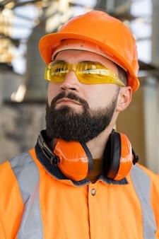 Homem usando equipamento de proteção de perto