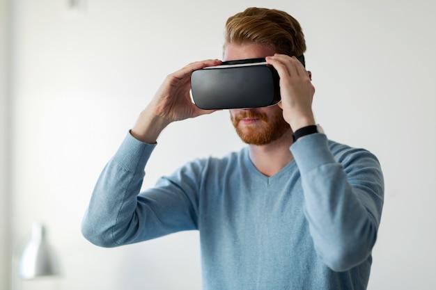 Homem usando fone de ouvido de realidade virtual em casa tentando uma nova experiência
