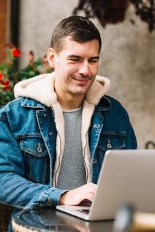 Homem, usando, laptop, em, urbano, meio ambiente