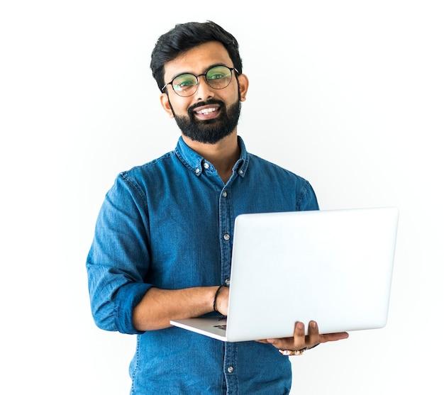 Homem usando laptop isolado no fundo branco