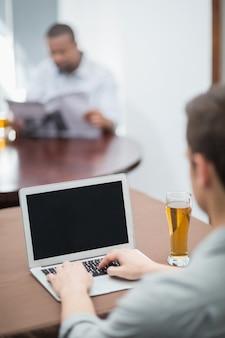 Homem usando laptop no restaurante