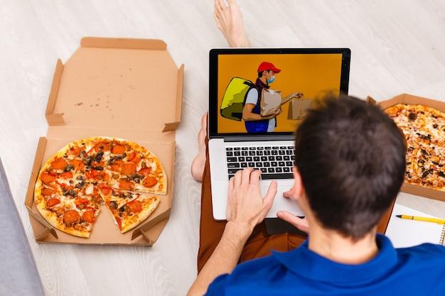 Homem usando laptop para pedido de comida online durante a quarentena, closeup. serviço de entrega
