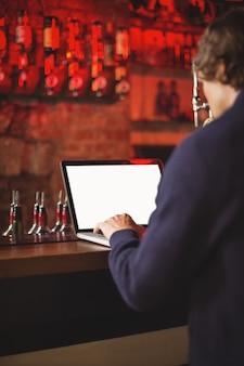 Homem usando laptop